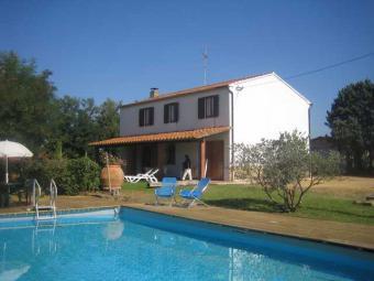 casa con piscina nel verde